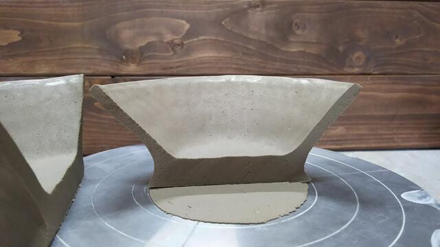 手びねりで小鉢を作る